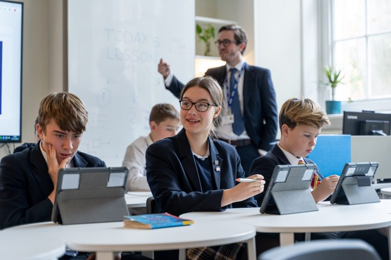 Artificial intelligence enhancing learning for pupils and teachers